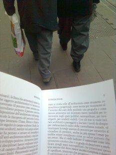 roma, scudi umani per la lettura in movimento