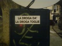 roma, viale trastevere, la droga da' la droga toglie
