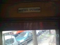 milano, tram, vietato sputare